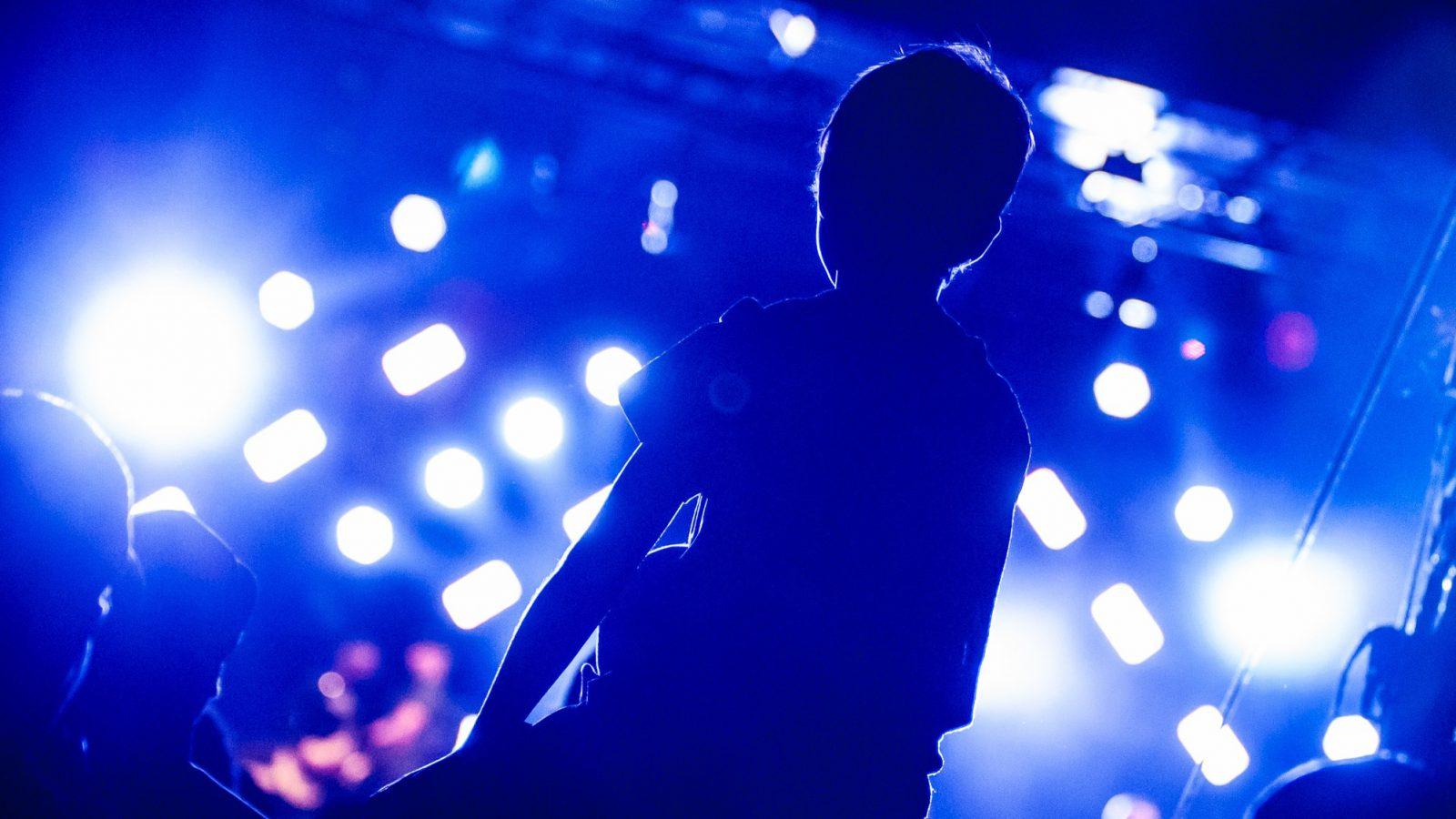 Junge sitzt auf Schultern bei einer Veranstaltung