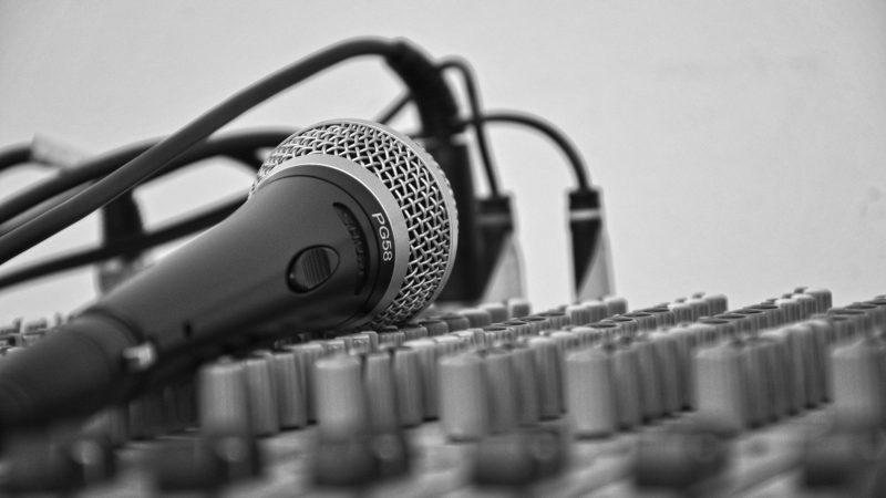 Mikrofon liegt auf Mischpult
