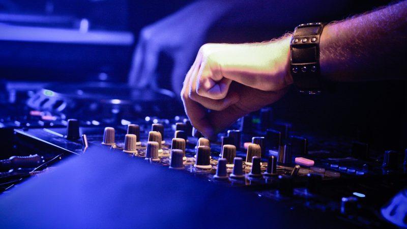 Techniker bedient Mischpult bei einer Veranstaltung